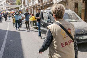 EAPPI-tarkkailija kävelee kauppakatua pitkin.