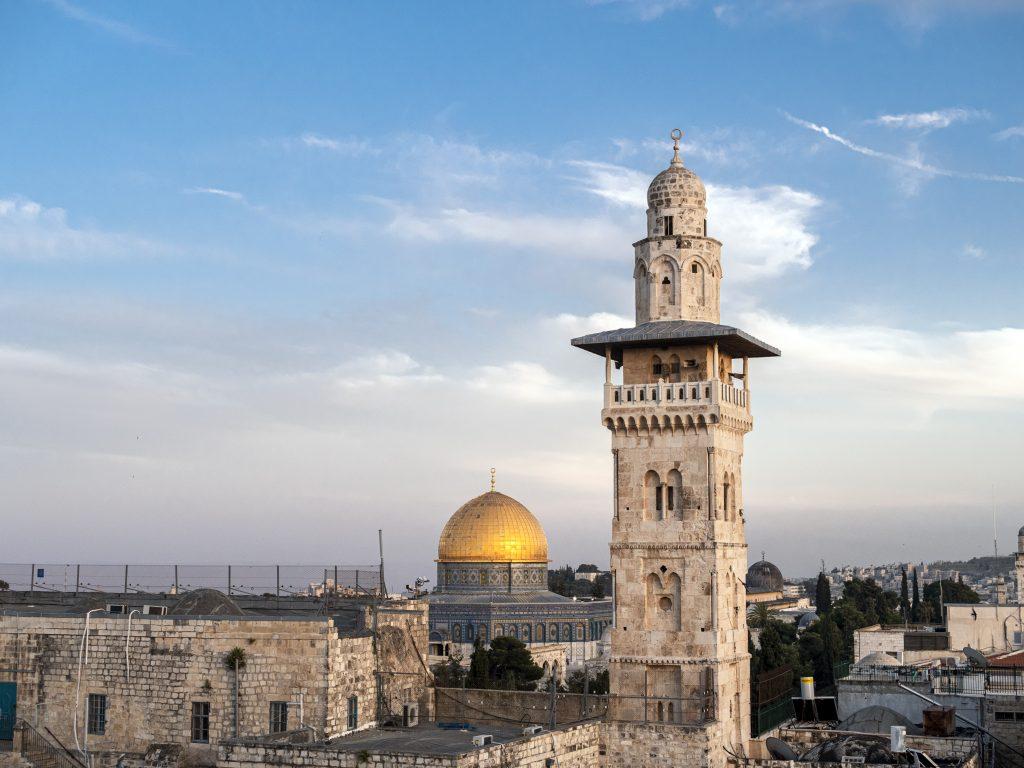 Maisema Jerusalemin vanhasta kaupungista, keskellä kultakupolinen kalliomoskeija.