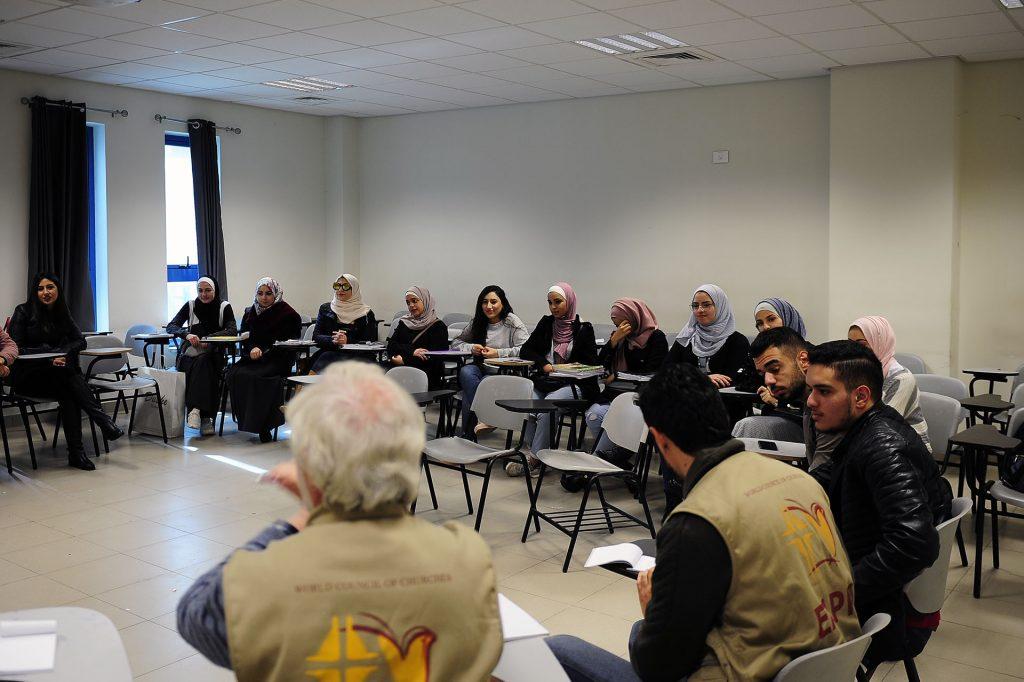 EAPPI-tarkkailijoita ja palestiinalaisia istuu ringissä luokkahuoneessa.