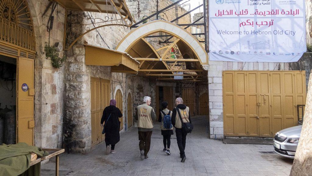 Kolme EAPPI-tarkkailijaa kävelee Hebronin vanhaan kaupunkiin.