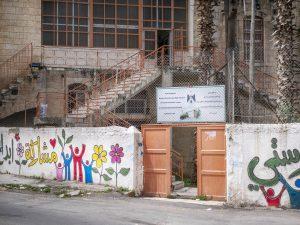 Hebronilaisen peruskoulun muuri ja portti.