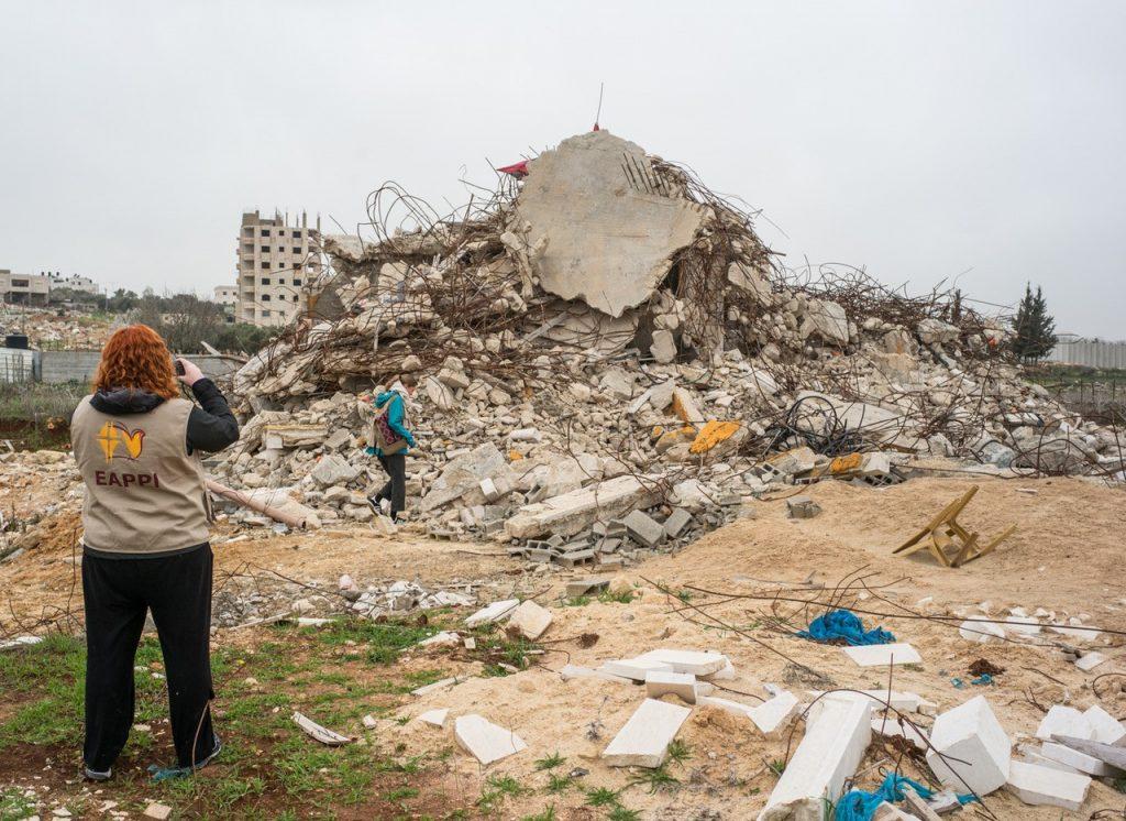 EAPPI-tarkkailija kuvaa talon tuhoamista.